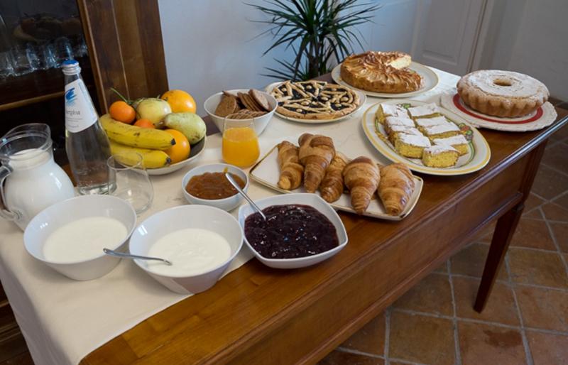 Tavolo adornato con cibo e bevande